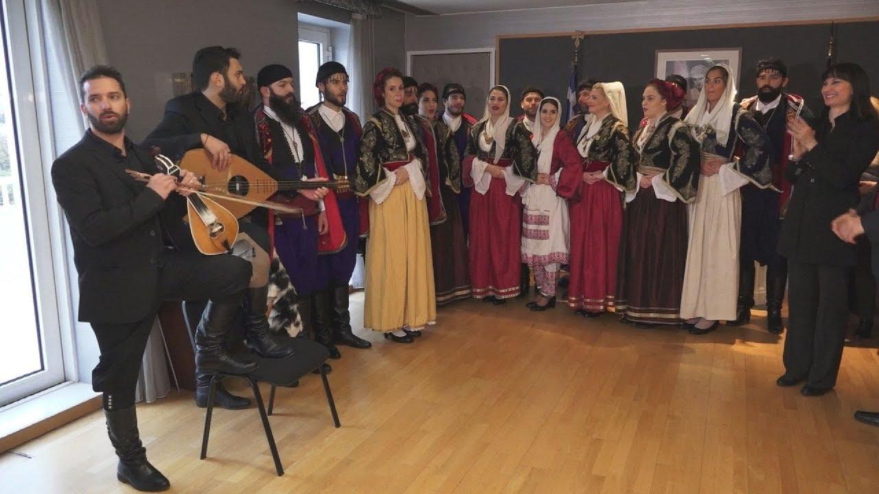 Χριστουγεννιάτικα Κάλαντα στην υπ. Τουρισμού από τον Όμιλο Βρακοφόρων Κρήτης