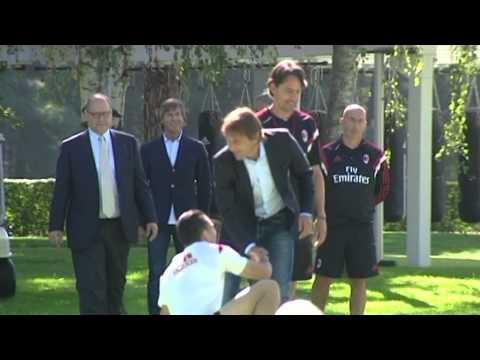 Milan - Il nuovo tecnico della Nazionale ha varcato i cancelli del centro rossonero insieme al nuovo team manager azzurro Gabriele Oriali. Ad accoglierli il tecnico rossonero Pippo Inzaghi e tutta...