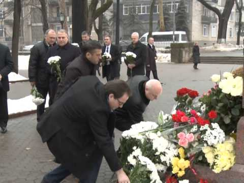 Президент Николае Тимофти возложил цветы к бюсту писателя Григоре Виеру на Аллее классиков