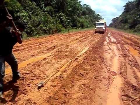 Caminhão na Transamazônica, batendo ponta de eixo.
