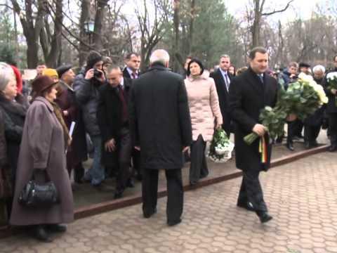 Președintele Nicolae Timofti a depus flori la bustul scriitorului Mihai Eminescu