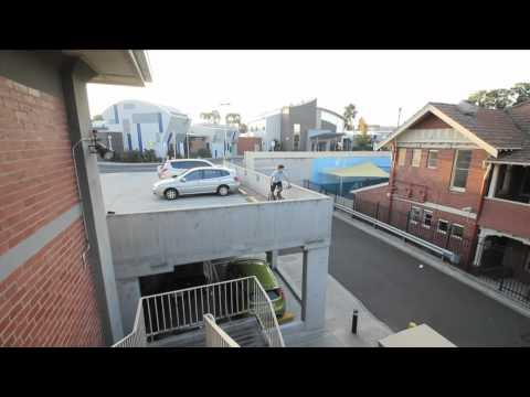 video de Andrew Dickey haciendo saltos con la bicicleta