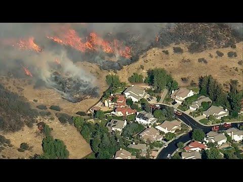 Καλιφόρνια: Εξασθενούν οι άνεμοι, μαίνεται η μάχη με τις φλόγες …