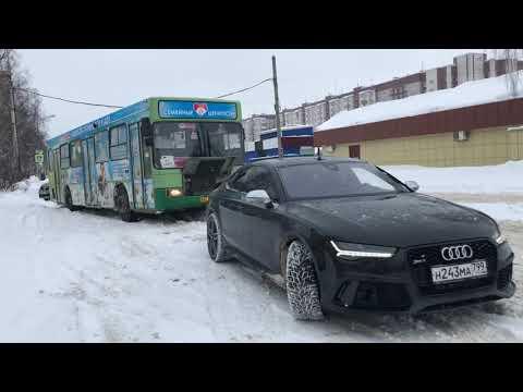 Audi RS7 wyciąga z zaspy… autobus
