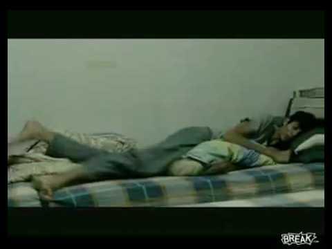 這名男子竟然在睡夢中遭人以機關槍掃射!讓這名男子驚嚇連連!
