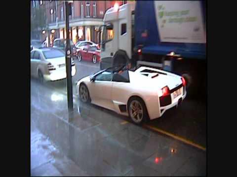 看看有錢人開世界貴的藍寶堅尼!沒車頂只好乖乖的淋雨….