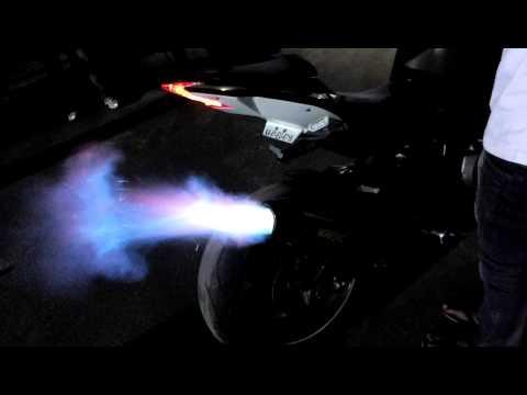 bmw s1000rr: incredibili fiamme dall'akrapovic!