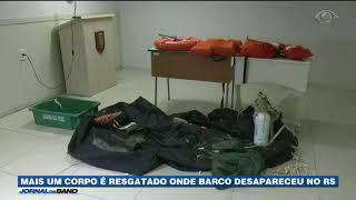 Pescadores encontraram um corpo que pode ser de mais um tripulante do barco que naufragou no litoral gaúcho. A identificação deve ser concluída nesta sexta-feira.