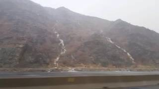 منظر ساحر لسقوط الأمطار والشلالات على جبال بطريق السيل بمكة المكرمة