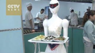 """روبوت """"جارسونة"""" حسناء يبدأ العمل فى مطعم بالصين"""