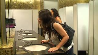 トイレに来た女性が釘付け!ついつい自撮りしてしまう鏡を使ったアクセサリーの広告が楽しい