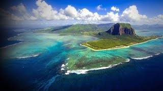 Wer als Fotograf oder Filmer südlich des Signaturfelsens Le Morne vor Mauritius in die Luft geht, bekommt eine der schönsten...