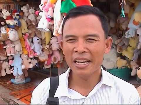 Menschenhandel - Menschenhandel im Niemandsland Tagelöhner ziehen am frühen Morgen durch die Tore von Poipet an der Grenze zwischen Thailand und Kambodscha. Sie sind auf dem ...
