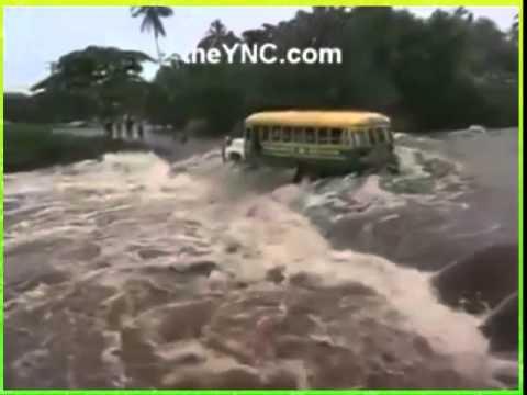 Xe bus đang làm xiếc trên dòng nước lũ chảy xiết chăng
