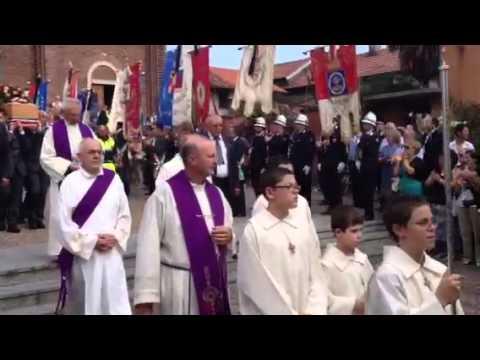 Il feretro di Laura Prati esce dalla chiesa
