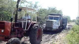 Video Tractor en barro jalando volquete con 12 mts3 de piedrin Las Marimbas MP3, 3GP, MP4, WEBM, AVI, FLV Maret 2019