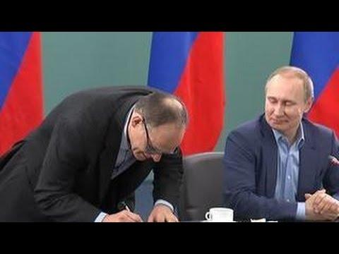 Путин вручил паспорт гражданина РФ тренеру сборной России по дзюдо