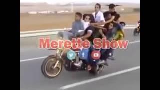 Jajaja ban muchos en una sola moto