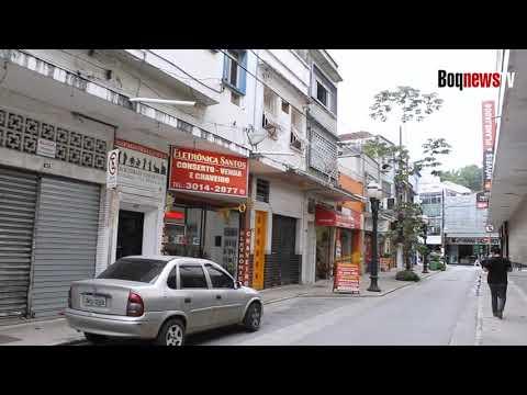 Após quatro anos, postes ainda permanecem na Rua Frei Caneca