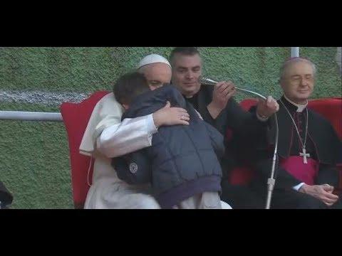 Rom: Papst Franziskus tröstet trauernden Jungen