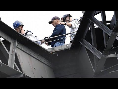 Verkehrschaos in Sydney: Mann klettert auf Harbour Bridge