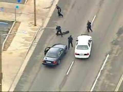 Policía y sospechoso de robo atropellados por un auto