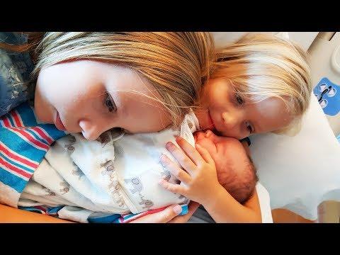 МАМА РОДИЛА Сестричку Николь Алисе и Саше ! VLOG Едем смотреть малышку сестру  Украшаем  комнату