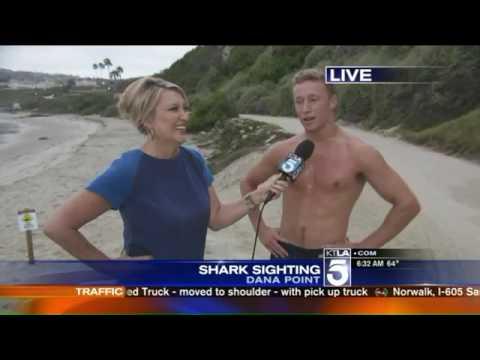 女記者在海邊採訪路人時突然遇到天菜瞬間淪陷,最後竟然在鏡頭前直接丟下麥克風勇敢追愛!