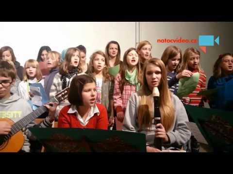 Děti ve Veselé škole zpívají koledy
