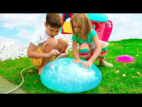 Max y Katy juegan con bola de agua