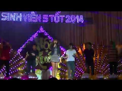 Thanh niên cứng ôm Hari Won trên sân khấu