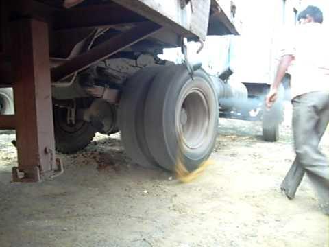 [Clip] - Người ta khởi động xe tải ntn ở Ấn Độ :3