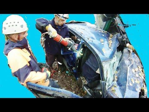Спасатели вырезают пострадавшего из железа после столкновении грузового автомобиля и двух легковых(Ваз...