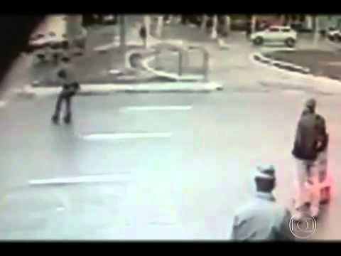 Policial - Motorista de Mini Cooper roubado atropela PM na Zona Sul de SP Câmera de segurança registrou o atropelamento. Mesmo ferido, policial conseguiu ajudar a prend...