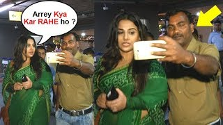 Video Vidya Balan Gets ANGRY On A Fan For Touching While Taking Selfie MP3, 3GP, MP4, WEBM, AVI, FLV April 2018