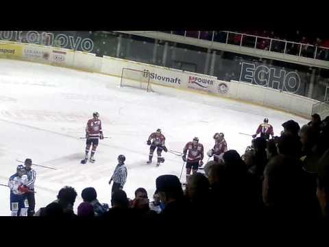 Hokejisti sa v Banskej Bystrici pobili. Zápas dochytal Samuel Takáč