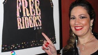 Musa BBW Carine Jacobus comemora título em balada com amigos