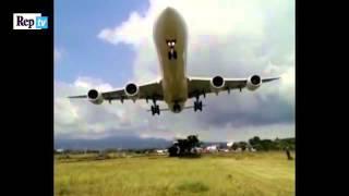 Costa Rica, atterraggio da brivido: l'aereo 'sfiora' le persone