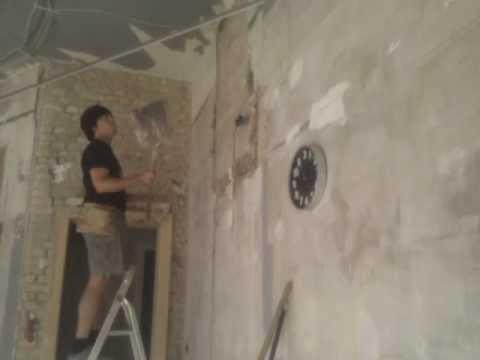 Putz entfernen an den Wänden des OFfenraums