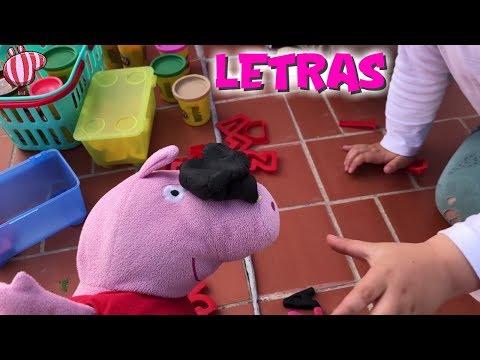 Peppa y Bebé Humano hacen letras de pastelina  Vídeos de Peppa Pig en español