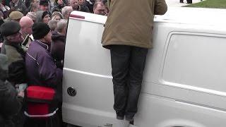 Mało auta nie rozerwali! Szarańcza rzuciła się na darmowego śledzia w Gdańsku!