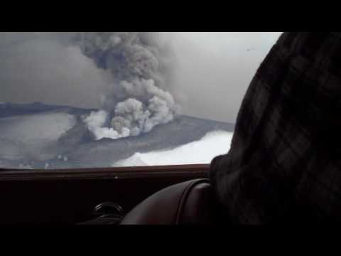 「2010年4月のアイスランド火山噴火。その様子を上空から撮影してると偶然衝撃波が撮れた」のイメージ