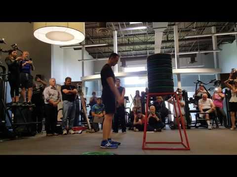 這男生挑戰「原地跳躍上跟自己身高一樣的高度」,結果讓所有人都嚇呆了!