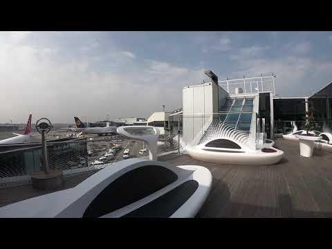 Neue Dachterasse auf dem Frankfurter Flughafen mit sp ...