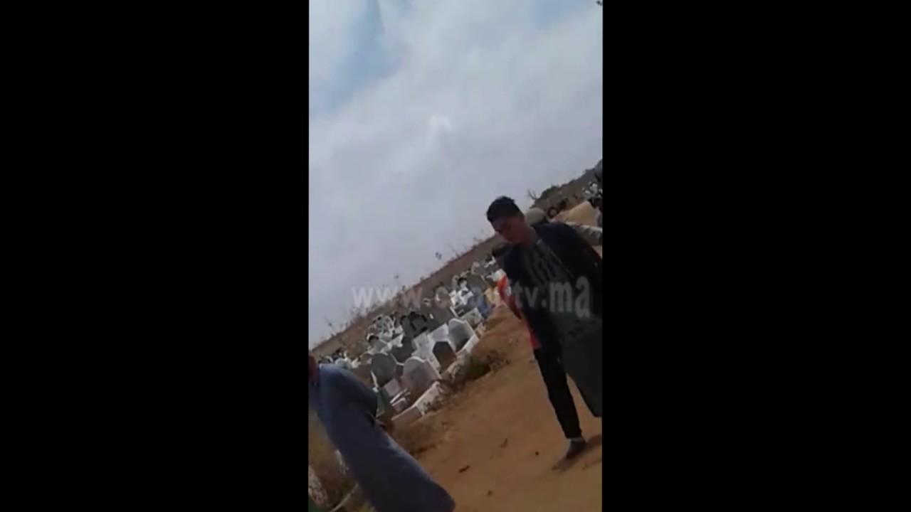 بالفيديو..ترمضينة خايبة..بسبب 100 درهم قتل صاحبو بقرعة ديال الزاج بمقبرة الرحمة فكازا   بــووز