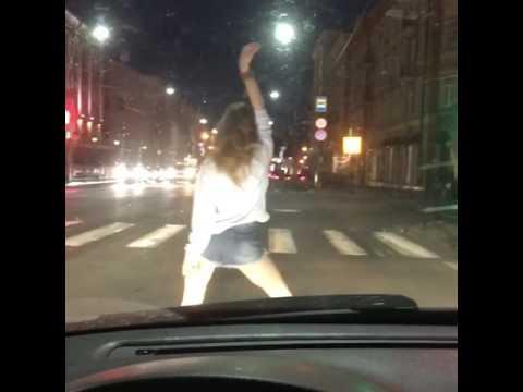 В Смоленске девушка вышла на проезжую часть и станцевала