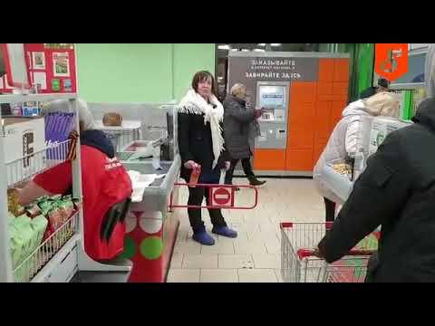 Nawalona baba opuszcza sklep w nietypowy sposób.