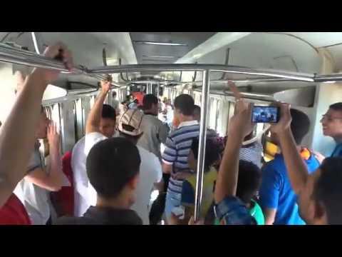 """مصري يبيع أكياس بلاستيكية مملوءة بالهواء في القطار وهو يغني """" السيسي غلا الكهربا غلا الغاز… بكرى يبيع الهوا في إزاز"""""""