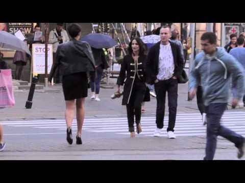 Steczkowska idzie ulicą jak po modowym wybiegu