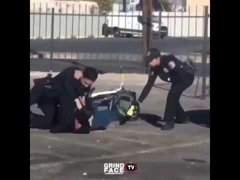 Policjanci obezwładniają kolesia, a w tle mistrz drugiego planu